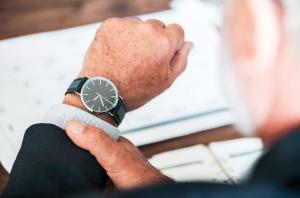 Homme regardant l'heure grâce à la montre à son poignet